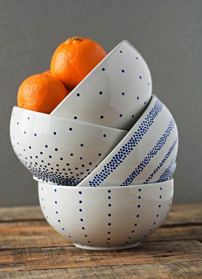 ensemble de quatre bols en céramique décorés de petits points bleus réalisés au feutre pour porcelaine