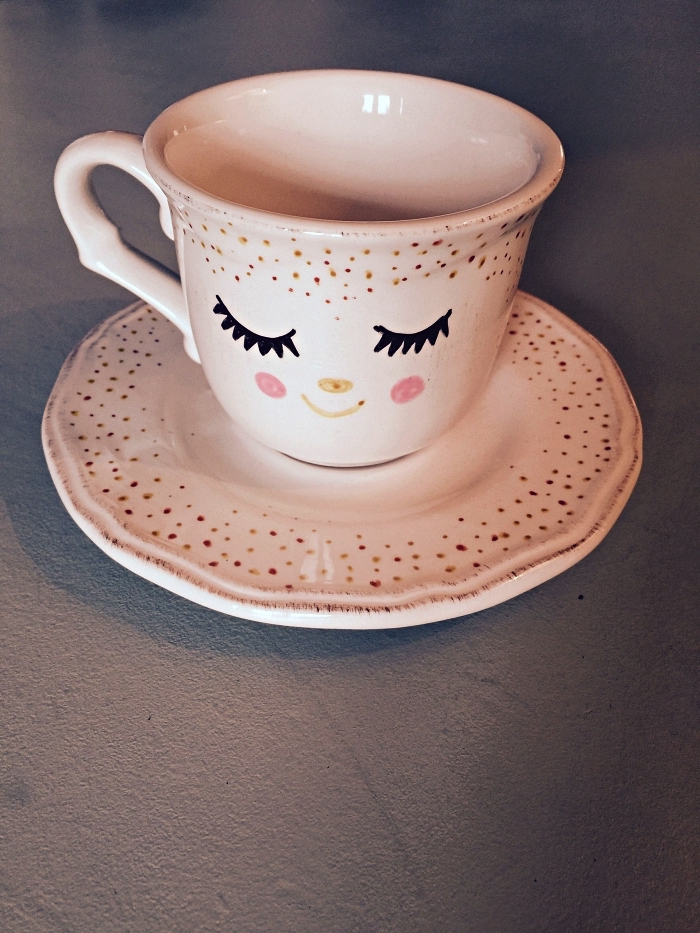 tasse à café personnalisée à dessin visage mignon, idée bricolage pour customiser sa vaisselle en porcelaine