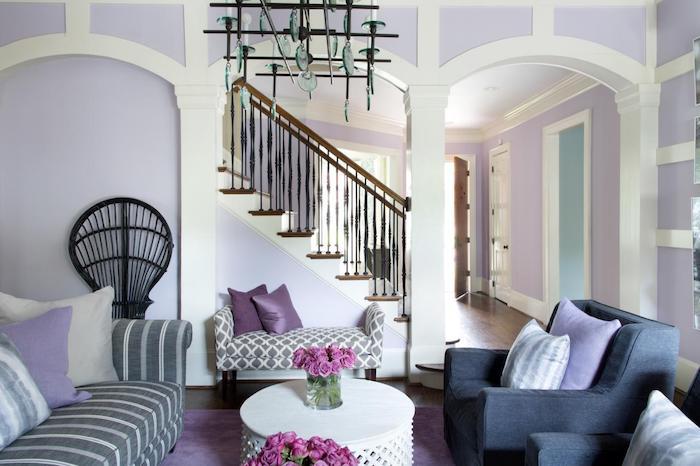 murs couleur lavande pour une deco romantique de salon cosy avec canapé gris et blanc et fauteuils gris anthracite, table basse blanche
