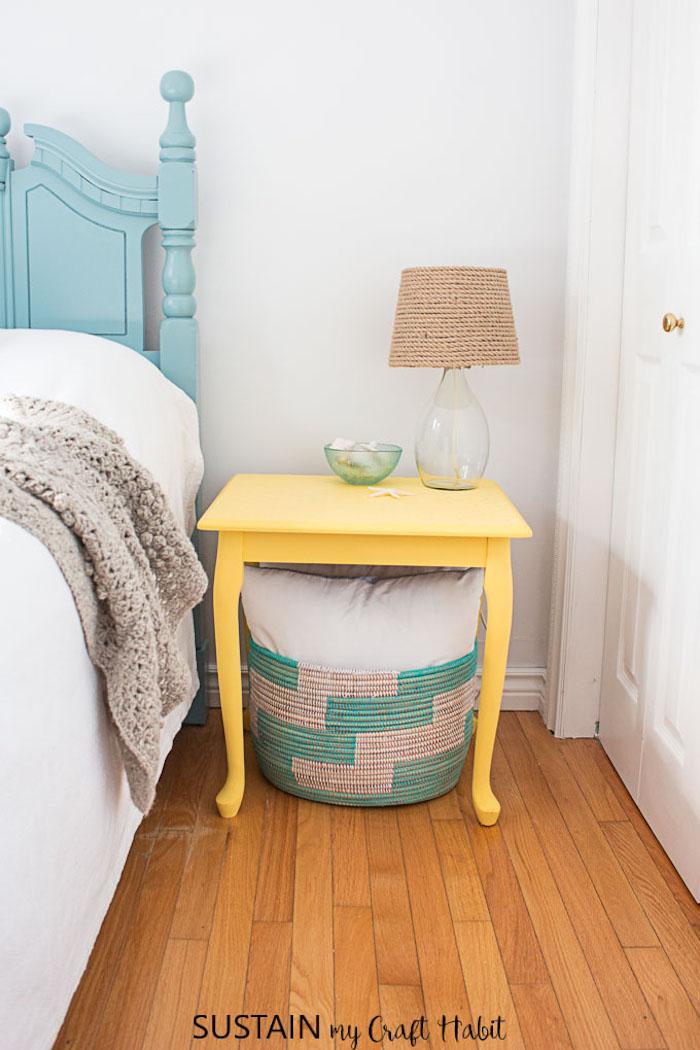 Jaune table de nuit transformé de table basse petite, meuble peint, relooker un meuble en bois, idée meuble relooké lampe en verre