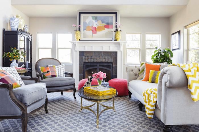 murs blancs dans un salon cocooning avec des fauteuils gris et canapé blanc cassé, deco traditionnelle de luxe, accents jaunes decoratifs