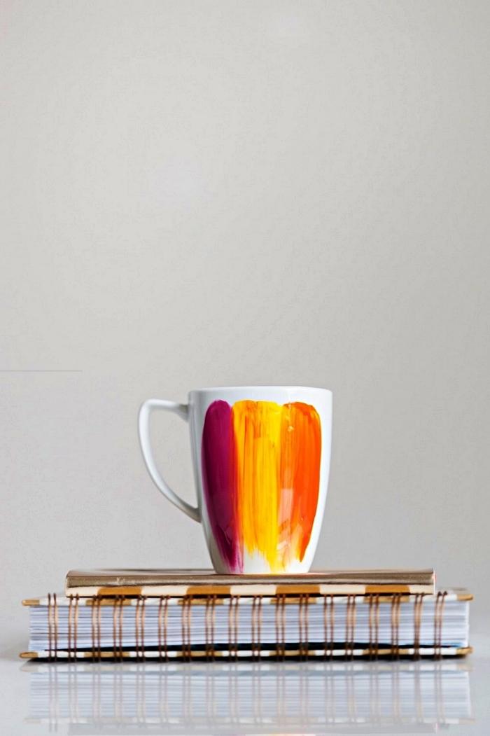 peinture porcelaine abstraite sur mug, personnaliser un mug avec des bandes de peinture orange, jaune e mauve