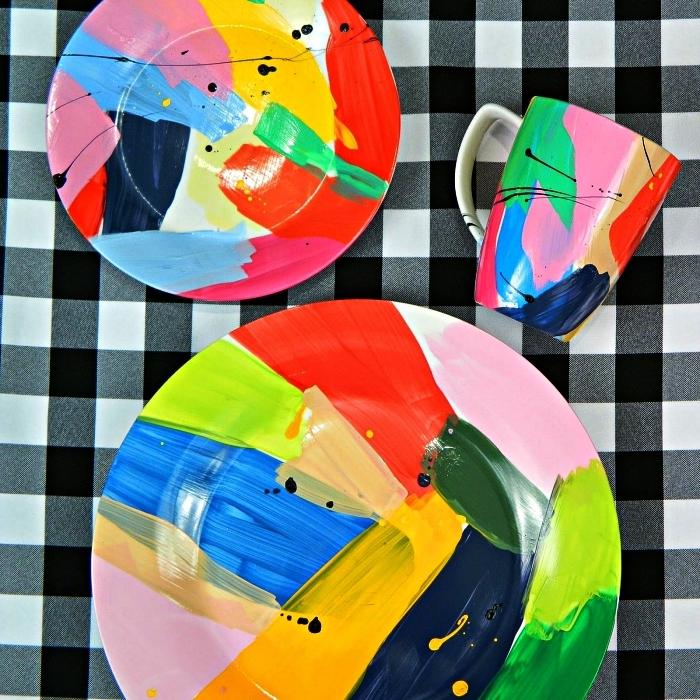activité créative pour décorer sa vaisselle en porcelaine, peinture sur assiettes et mugs, assiettes et tasses à café à motifs abstraits peints à la main