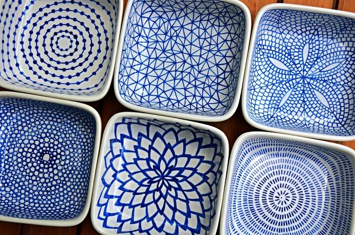 peindre des motifs japonais bleus sur vaisselle en porcelaine, customiser des assiettes avec de la peinture à porcelaine