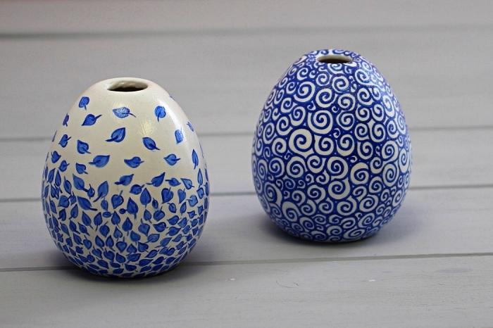 petits vases bourgeons en céramique blanche décorés avec des motifs bleus en peinture porcelaine