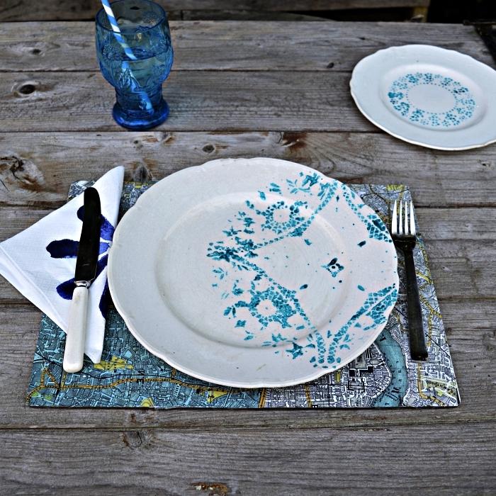 peinture sur céramique pour relooker son ancienne vaisselle, peindre un motif au pochoir sur une assiette en porcelaine blanche