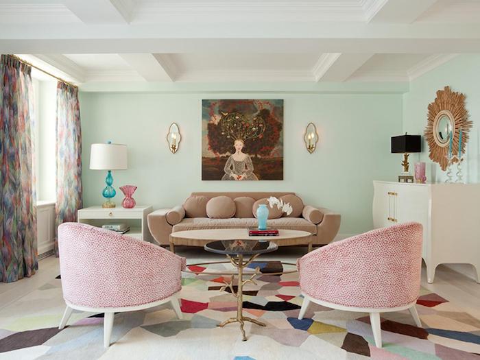 decoration salon peinture vert d eau et plafond blanc, canapé marron et fauteuil rouge et blanc, tapis coloré geometrique, miroir soleil