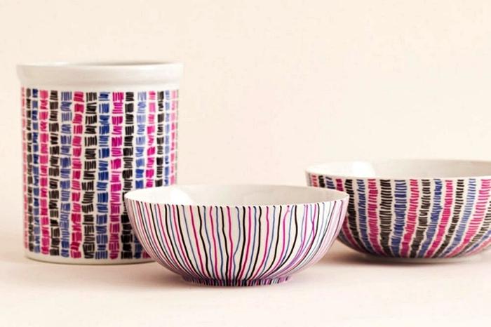 idées pour customiser sa vaisselle en porcelaine ou céramique, loisirs créatifs adultes, vaisselle graphique décorée au feutre et à la peinture à porcelaine