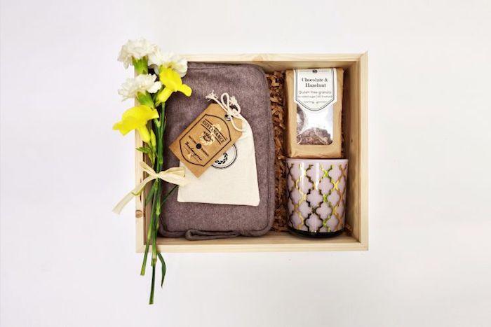 Bougie, chocolat, thé et écharpe pour un voyage parfait, idée cadeau anniversaire, idée cadeau personnalisé