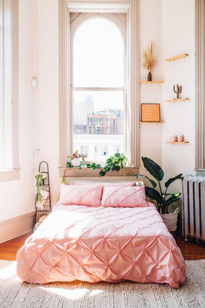deco chambre romantique petit espace, idée peinture rose pale pour une chambre, modèle mini étagère en bois
