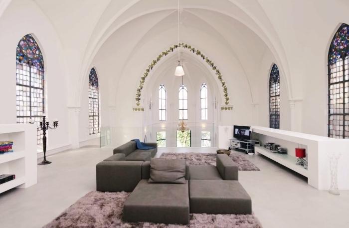 idée décoration de sejour cathédrale aux murs et plafond blanc avec fenêtres mosaïque, meuble de salon moderne en gris anthracite
