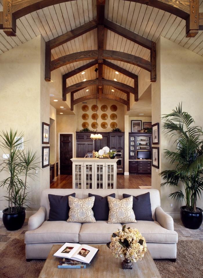 idée décoration intérieure salon ouvert, modèle de plafond à deux pentes couvert de panneaux bois blanc et poutres bois foncé