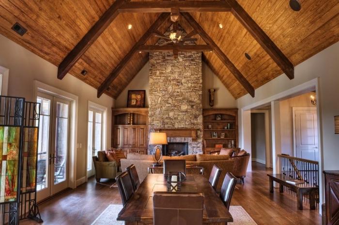 exemple de décoration intérieure salon rustique, modèle de plafond à deux pentes couvert en planches bois foncé