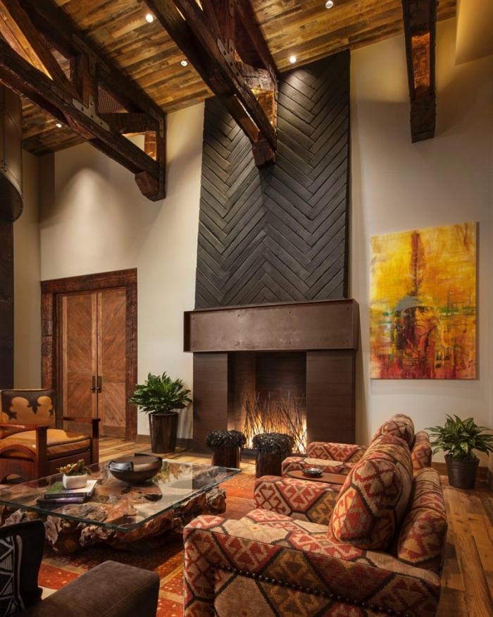 design salon rustique aux murs blancs avec sol et plafond à pentes en bois, idée déco avec accents ethniques
