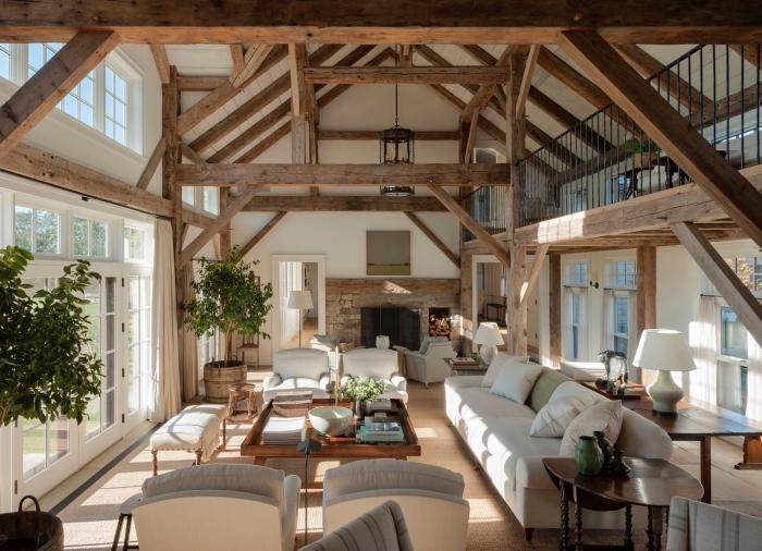 décoration sejour cathédrale de style rustique, design salon ouvert à plafond haut avec grandes fenêtres et accents en bois