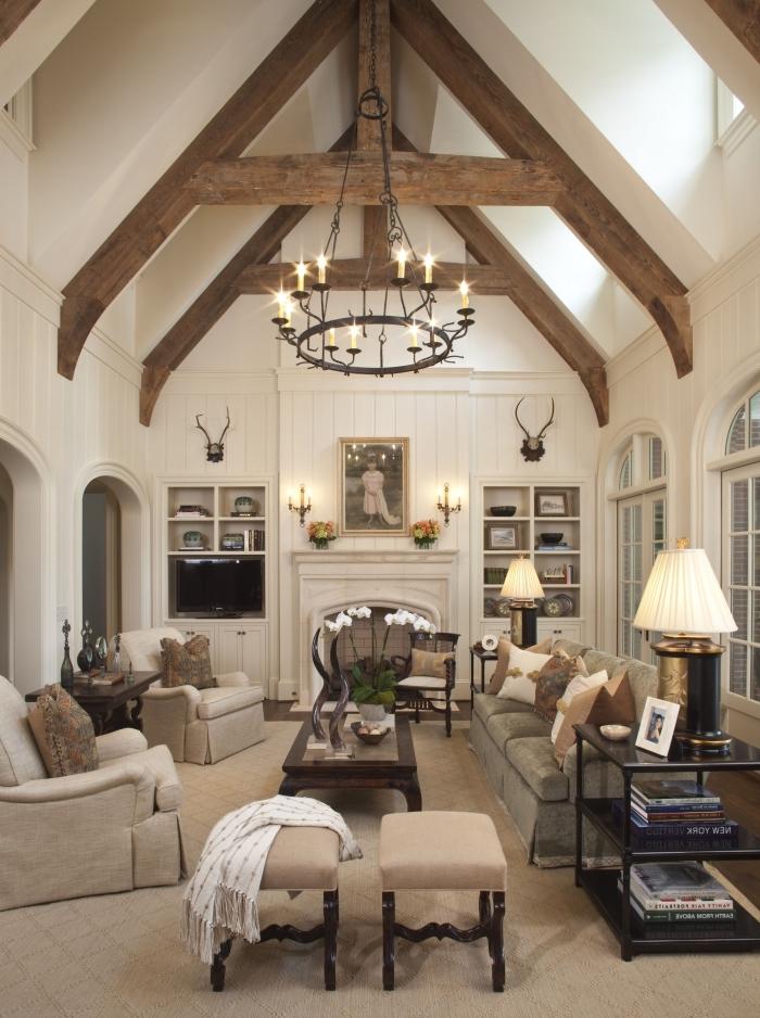 design retro chic dans un salon sejour cathédrale à plafond blanc et bois à deux pentes, déco salon avec cheminée