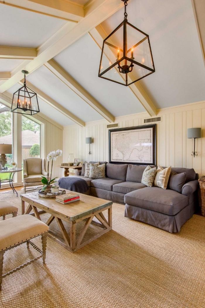 modèle de toit à deux pentes en blanc avec planches bois, idée deco salon cosy en beige et bois avec accents foncés