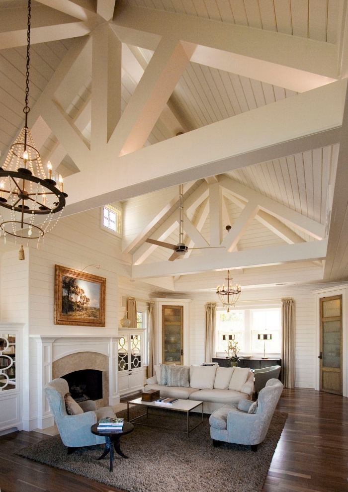 idée aménagement de salon sejour cathédrale à plafond haut à deux pentes couvert de panneaux bois blanc
