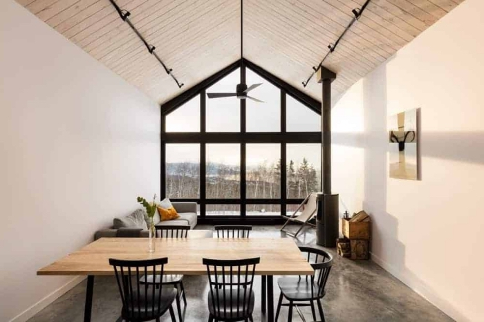 idée deco salon industriel et minimaliste avec accents en noir mat et métal, modèle de salon blanc et bois avec sol et meubles gris