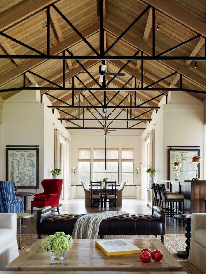 exemple comment décorer un salon cathédrale cozy, modèle de toit à deux pentes couvert de planches bois et métal