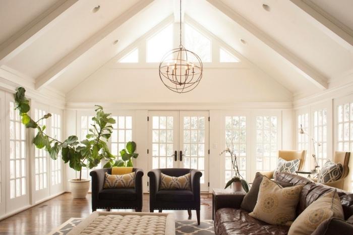 modèle de toit cathédrale couvert de panneaux blancs avec éclairage led, déco salon cozy chic avec meubles cuir