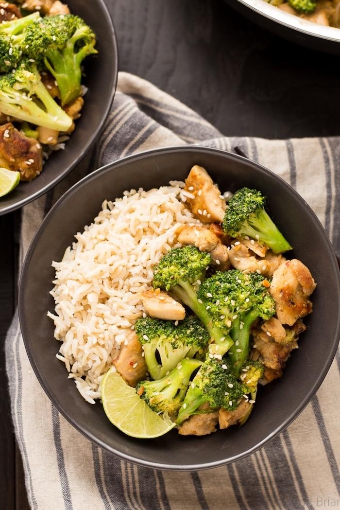 plat asiatique, idée recette healthy soir avec des bouchées de poulet aux brocolis avec du riz blanc dans assiette grise