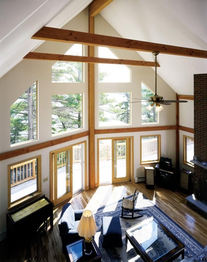 décoration intérieure salon à plafond haut, modèle de toit à deux pentes en blanc avec poutres bois apparentes