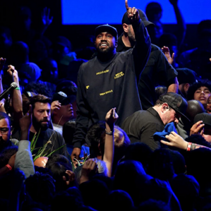 "Kanye West lance le merchandising de ""Jesus is King"""