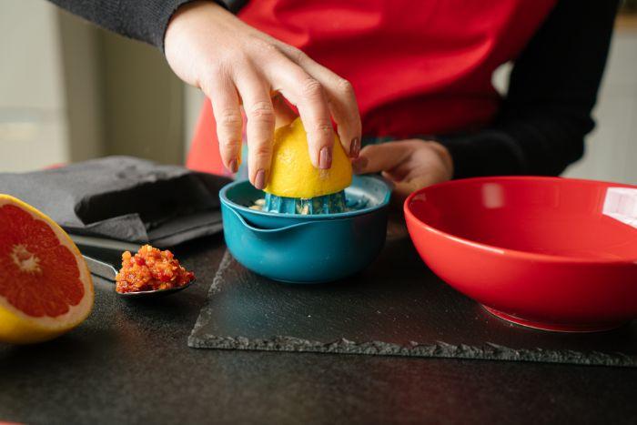presser le jus du jus de citron, idee comment faire une marinade pour tofu pour votre repas léger du soir