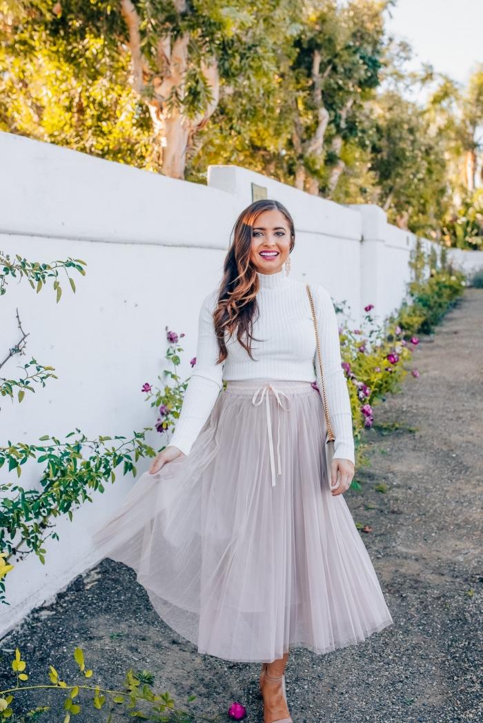 comment porter une jupe tutu en hiver, vêtements tendance hiver femme, look stylé en jupe longue fluide avec pull