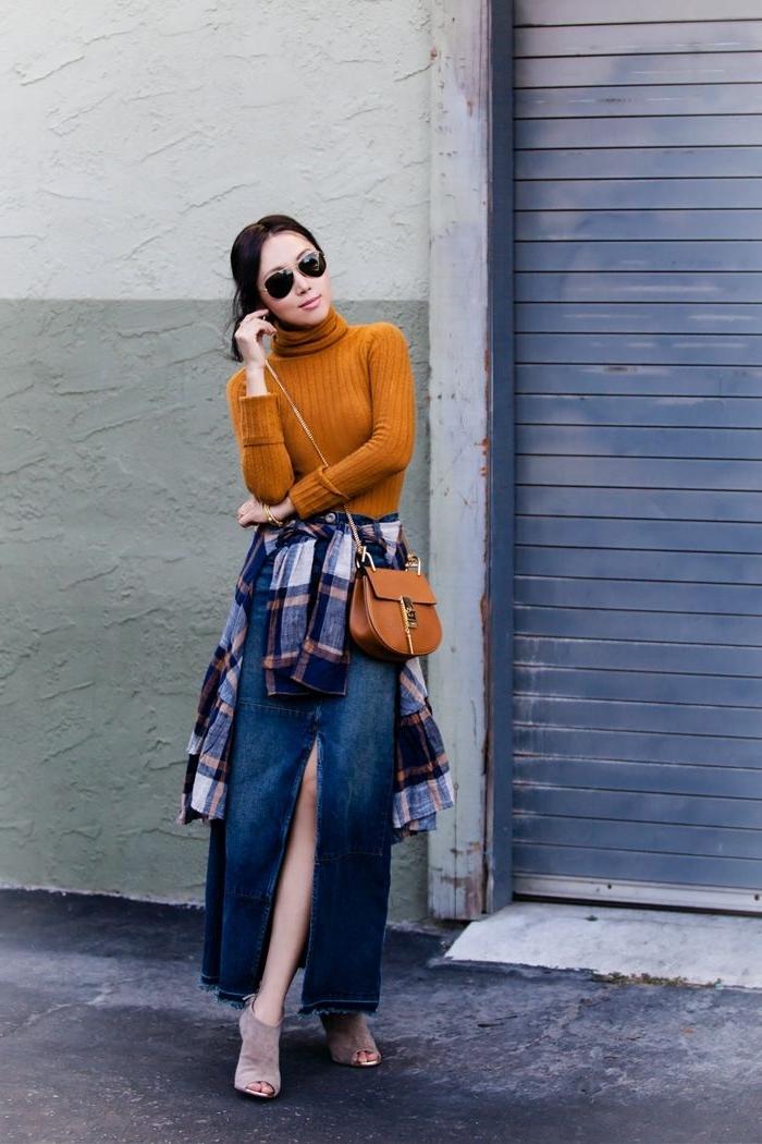 exemple comment porter une jupe longue fendue en denim, look casual chic avec jupe longue et chemise nouée