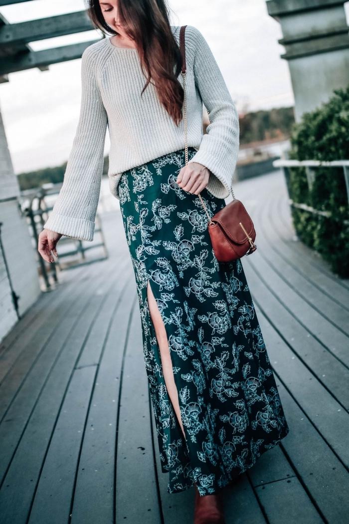 tenue en jupe longue boheme et pull, idée look femme chic hiver avec jupe noire fendu et accessoires cuir marron