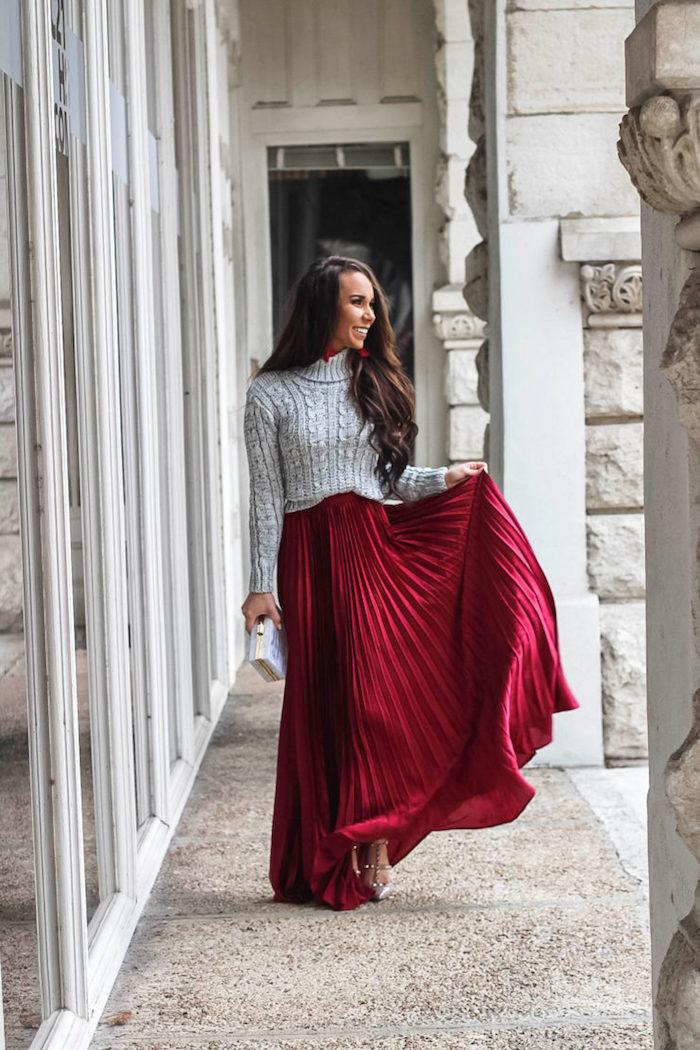 Femme souriante en pull gris et jupe rouge longue en velours, pull col roulé et jupe longue, tenue habillée en hiver
