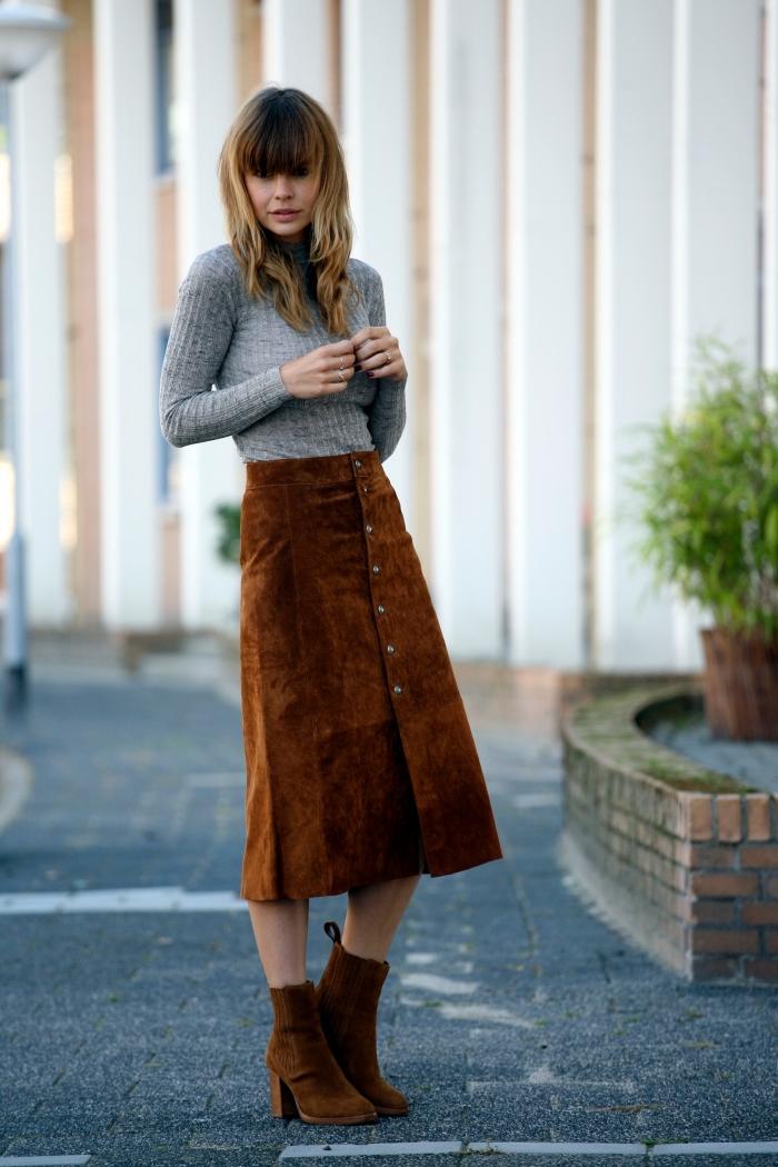 tenue avec jupe velours marron et blouse grise, mode femme hiver, idée look casual chic femme, modèle bottines velours tendance
