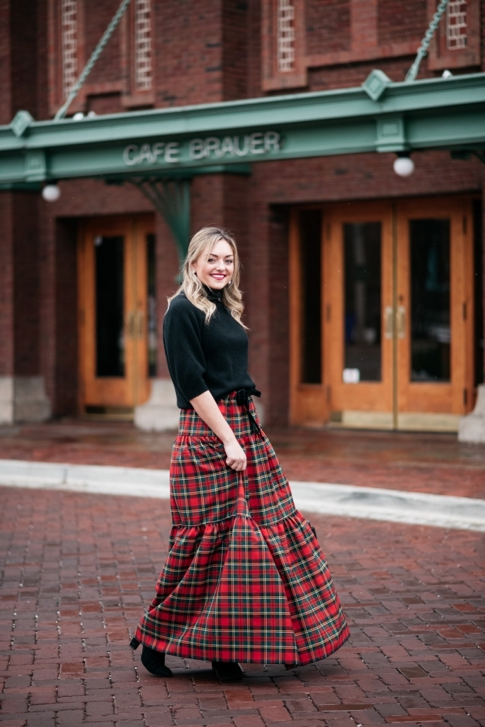 tenue chic femme, jupe taille haute en rouge combinée avec top noir, idée look hiver femme en rouge et noir