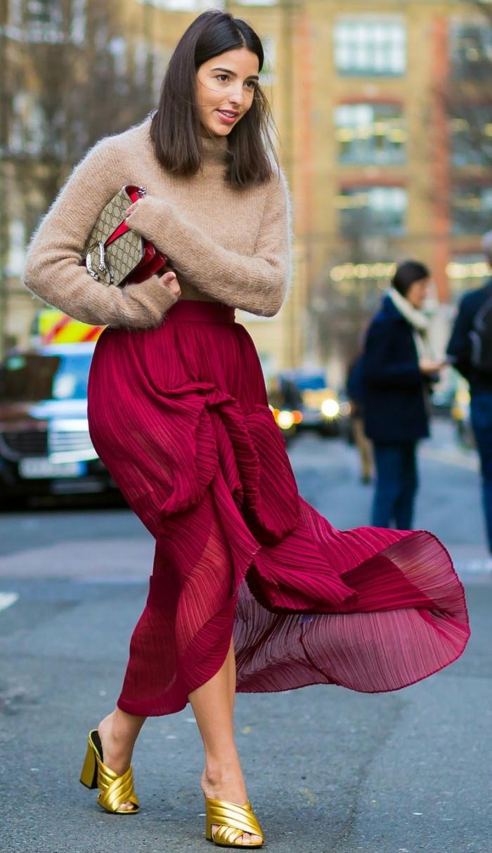 comment assortir les couleurs de ses vêtements, tendances vêtements automne-hiver 2019 femme, modèle de jupe longue taille haute couleur bordeaux