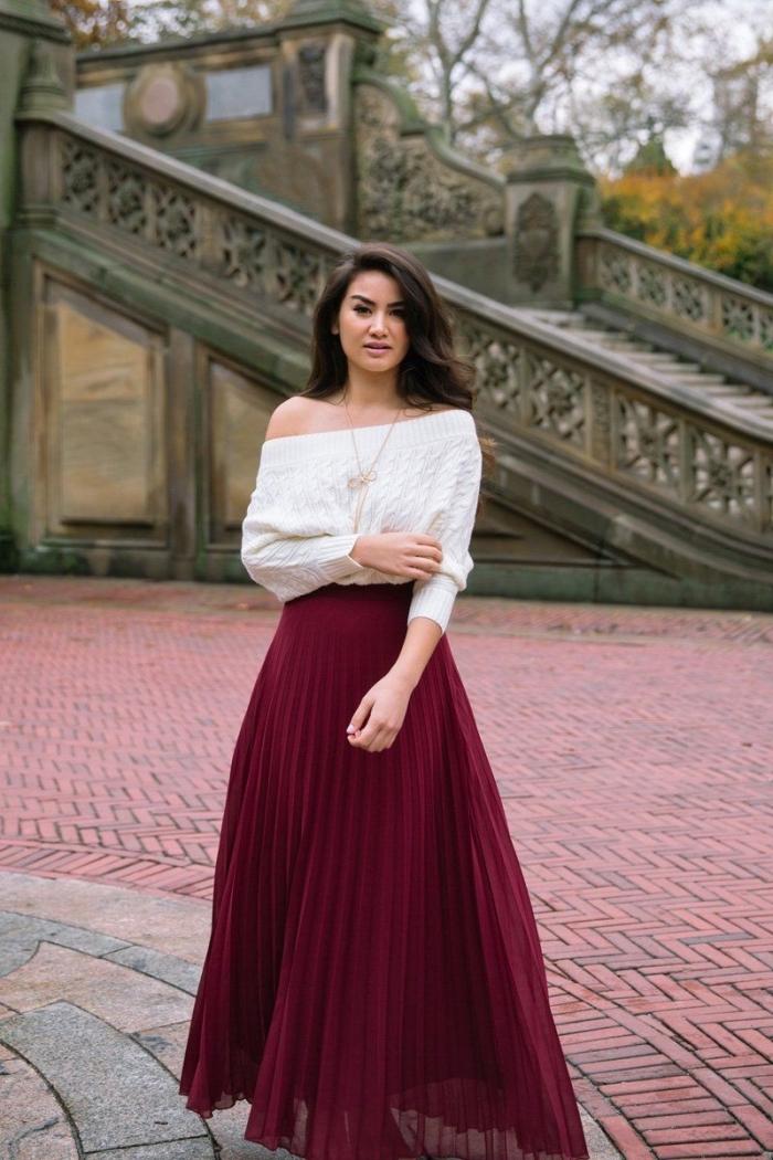 couleurs vêtements tendance automne-hiver mode femme 2019, tenue chic femme avec un pull col bateau blanc et jupe plissée longue bordeaux