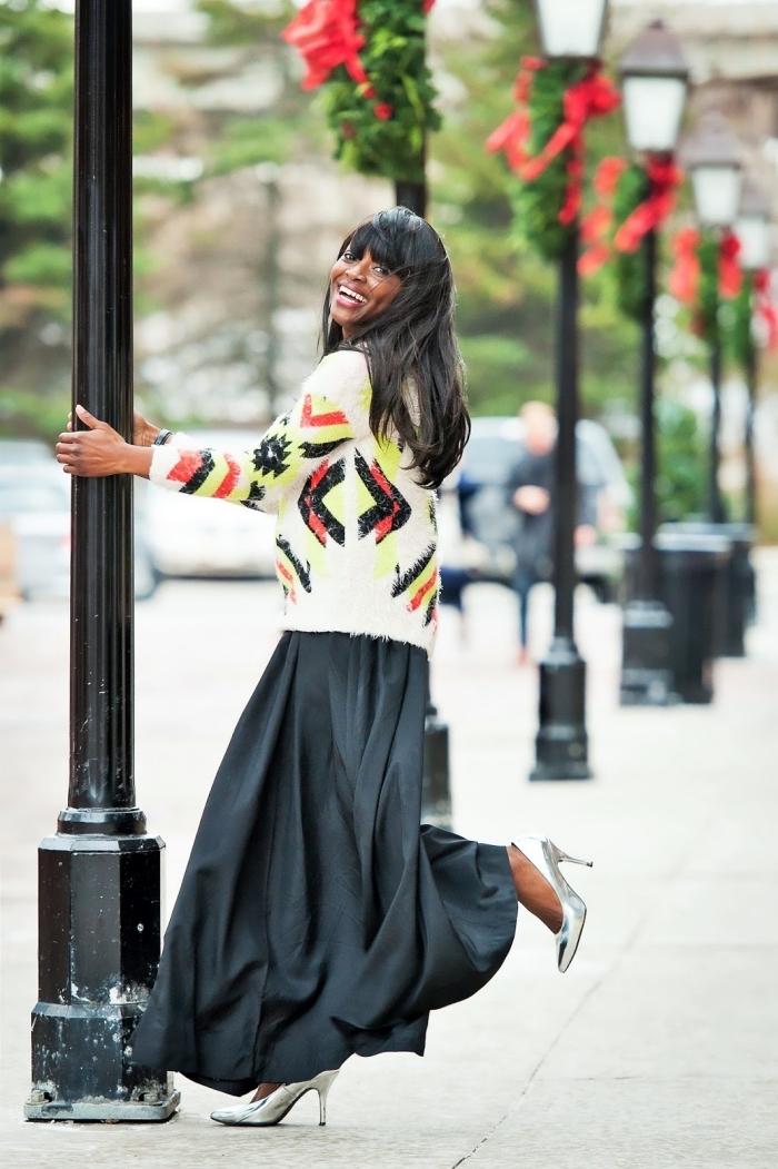 tenue femme chic en jupe plissée noire et pull blanc, idée chaussures métallisées tendance automne hiver 2019