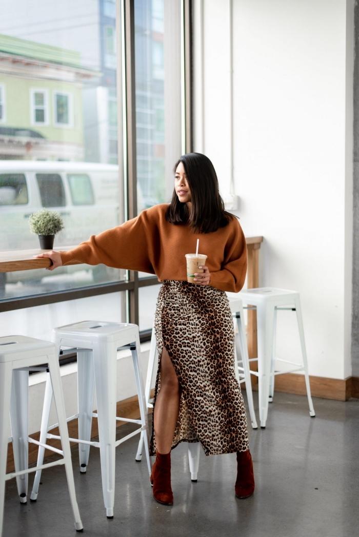 comment bien s'habiller femme, mode femme automne-hiver, tendances motifs animaliers 2019-2020, modèle de jupe longue fluide