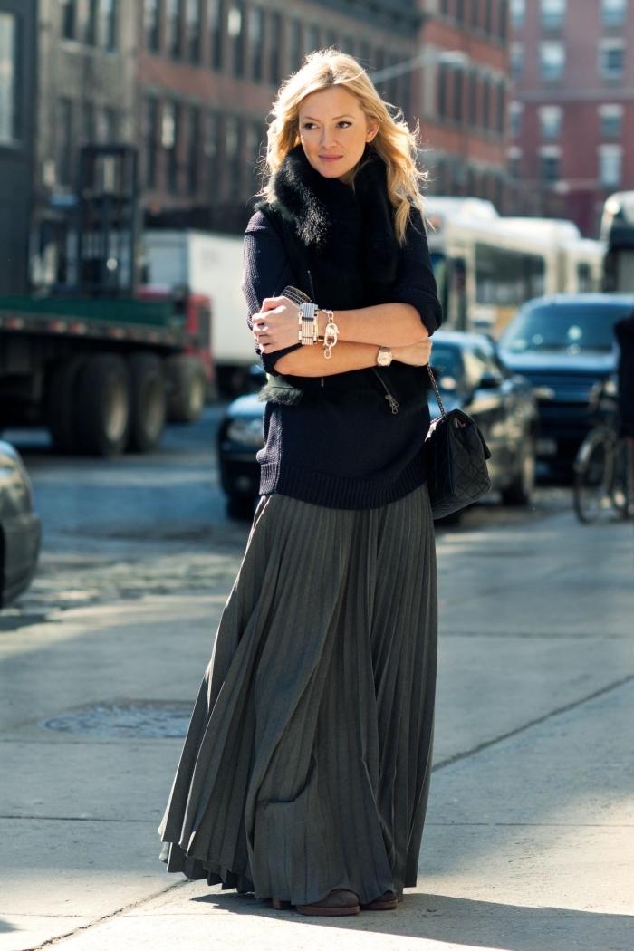 comment bien s'habiller en hiver mode femme, look stylé en jupe longue fluide gris anthracite et pull noir faux fur