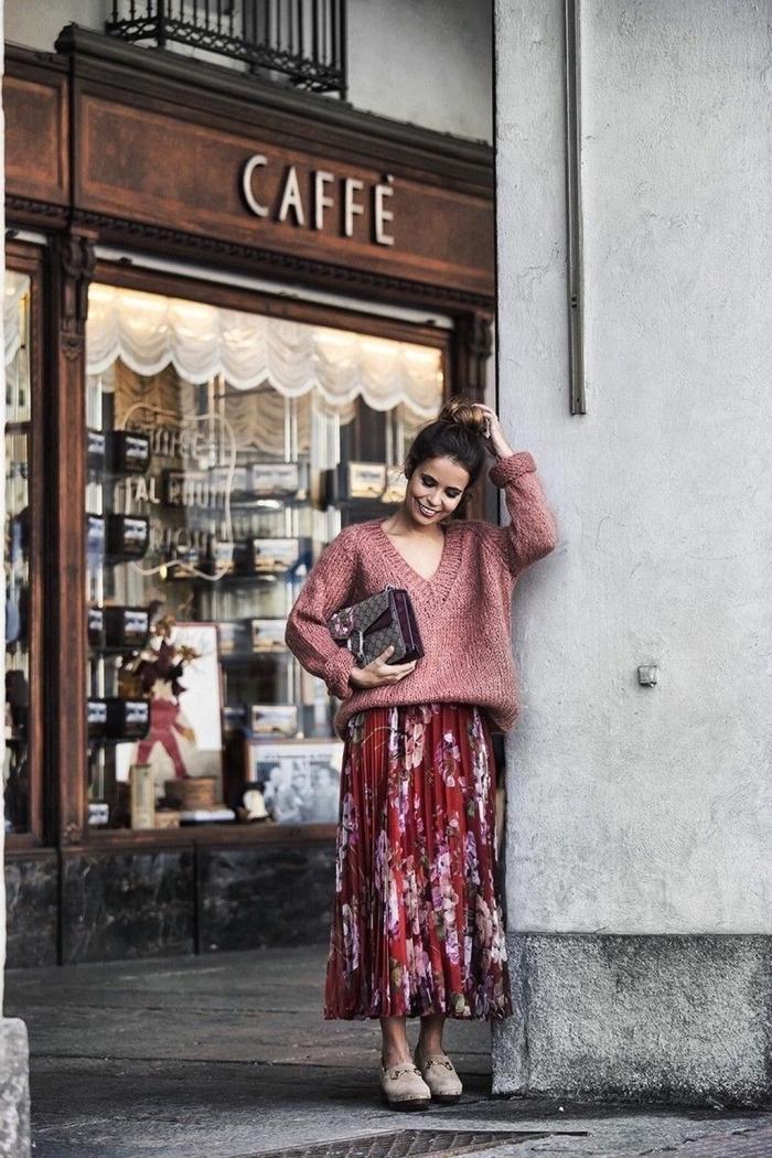 look casual chic femme en jupe midi avec pull, comment assortir les couleurs de ses vêtements femme, tenue rouge et rose d'hiver femme