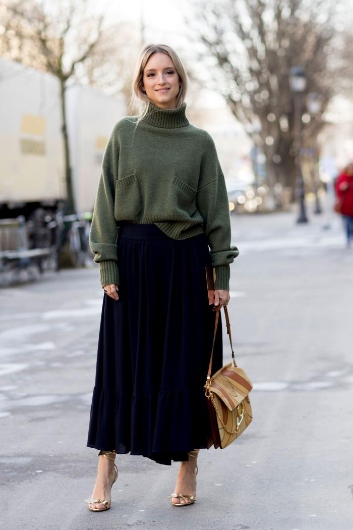 quelle couleur porter avec le noir en hiver, idée look femme stylé en vert foncé et noir, modèle jupe midi plissée avec pull oversize