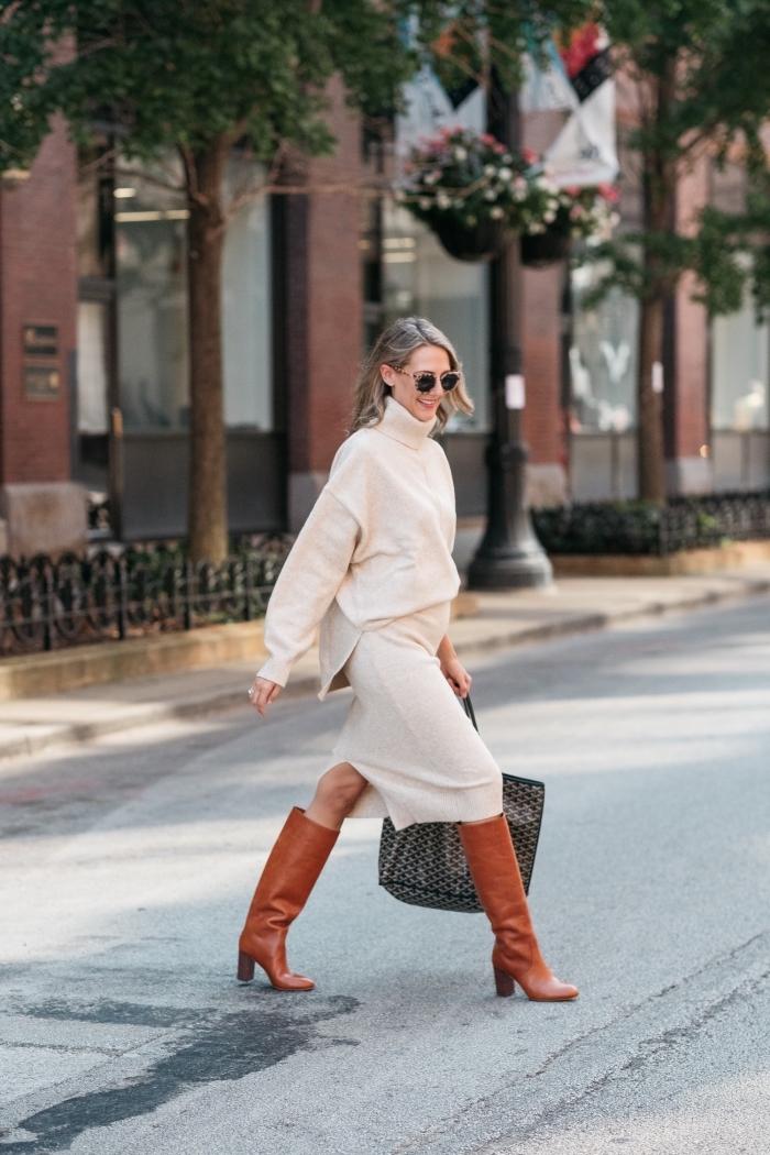 comment bien s'habiller femme enceinte, idée vetement femme enceinte de couleur beige pull oversize et jupe fente longueur genoux