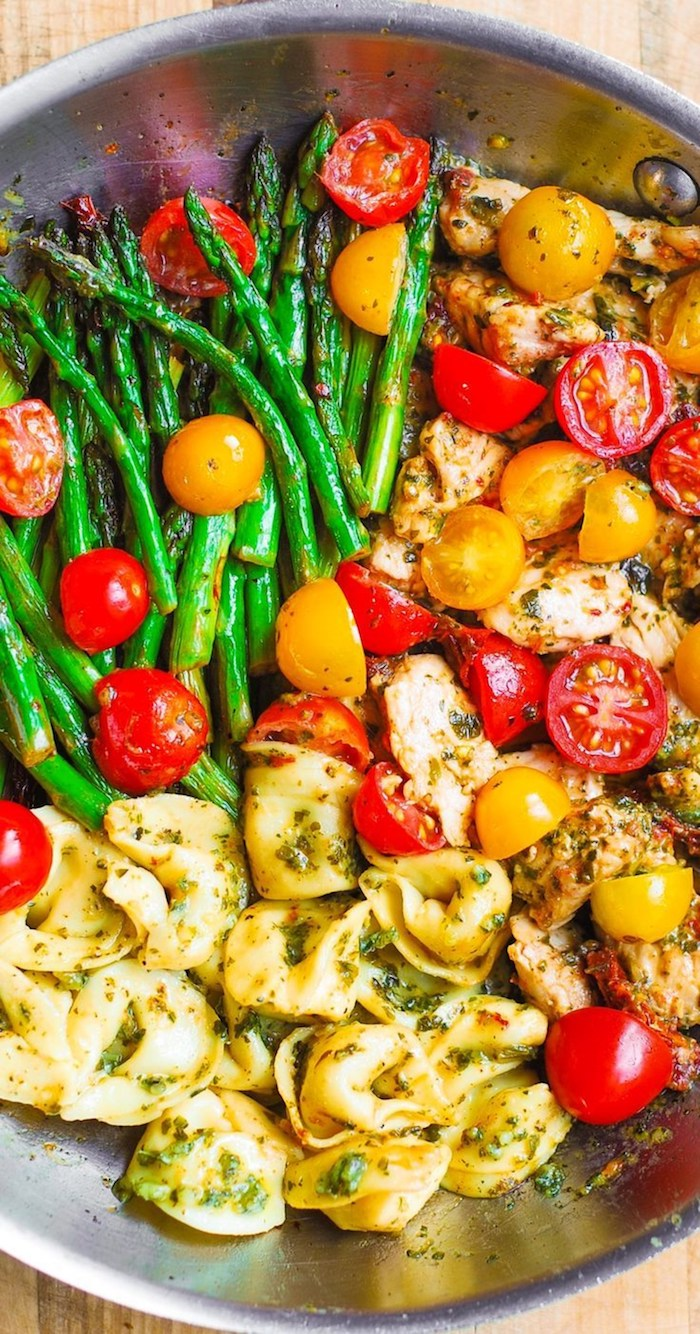 salade composée de pâtes, asperges, tomates cerise colorées et bouchées de viande, qu est ce qu on mange ce soir