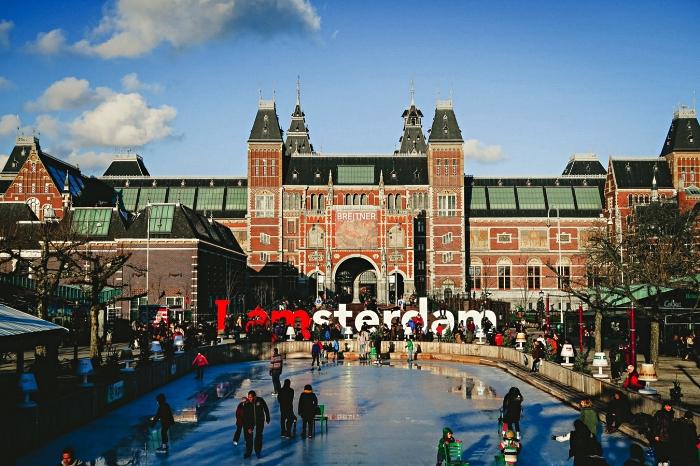 patinage devant le musée national de la peinture à amsterdam, idées pour visiter amsterdam en hiver