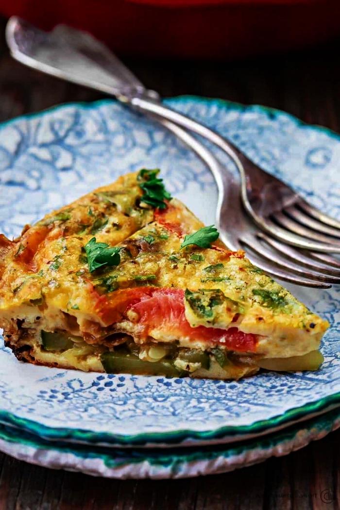repas du soir léger aux oeufs et aux légumes, quiche végétarienne sans pâte aux tomates, mozzarella et courgettes