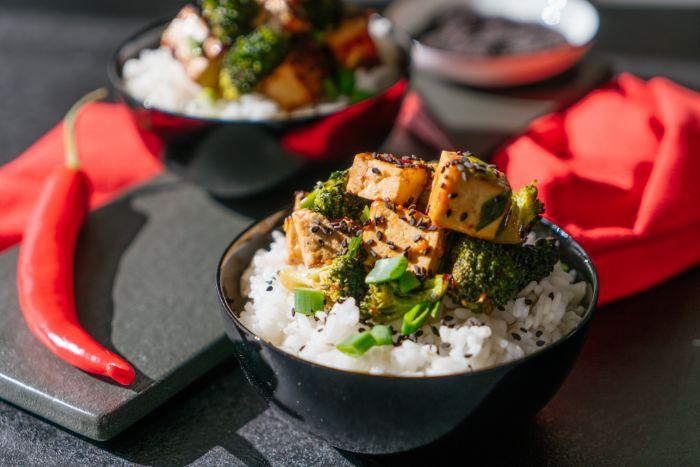 bol de riz au tofu et brocolis, exemple de recette avec tofu soyeux pour le soir pour votre menu équilibré