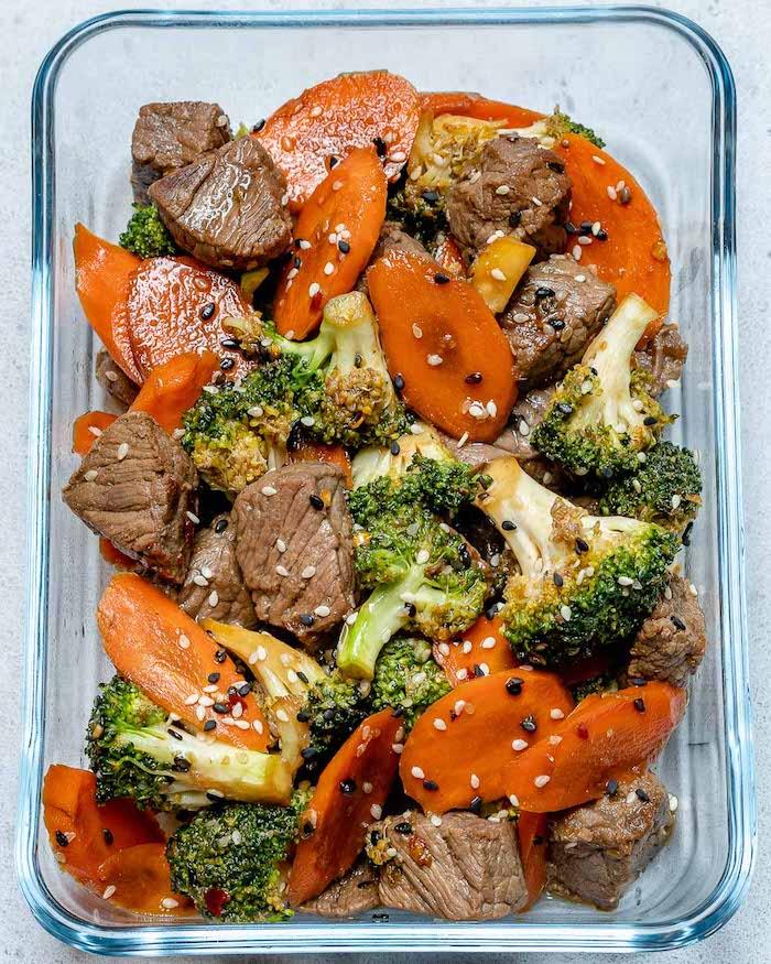 des bouchées de boeuf aux graines de sésame, tranches de carotte et brocoli, menu équilibré saine pour famille