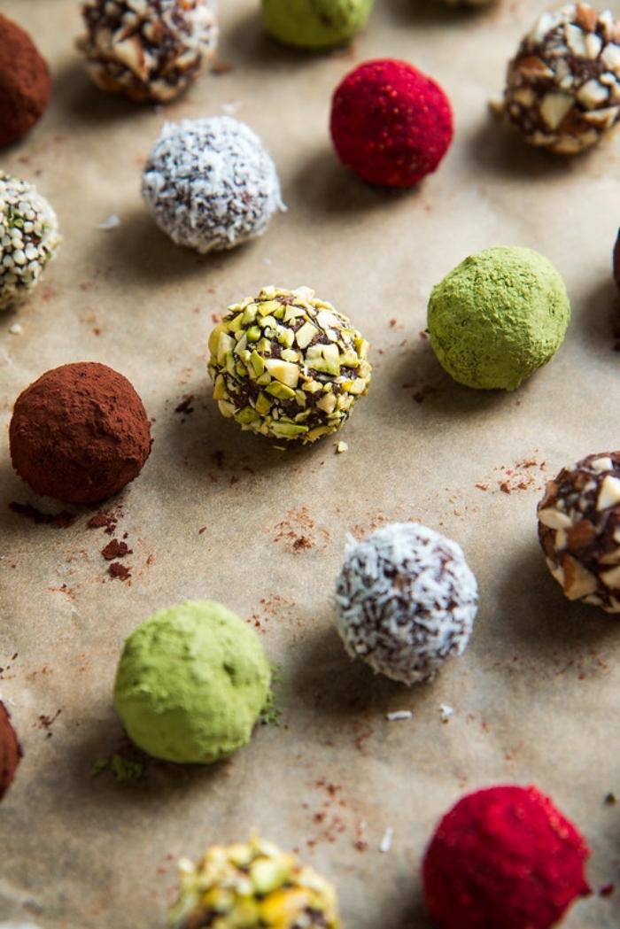 meilleurs toppings pour vos bonbons maison aux noix, poudre de betterave, pistaches thé vert matcha, noix broyés, noix de coco rapée