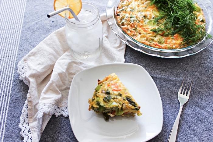 recette de quiche au saumon fumé et légumes sans pâte, idée de repas simple pour un régime pauvre en glucides